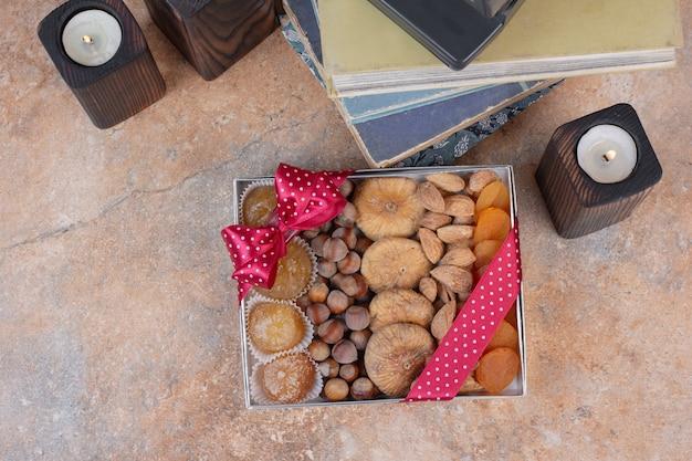 Divers Fruits Secs Et Noix Sur Boîte-cadeau. Photo gratuit