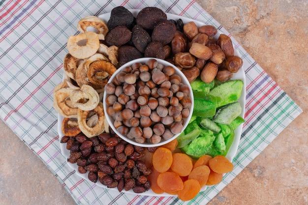 Divers Fruits Secs Et Noix Sur Plaque Blanche. Photo gratuit