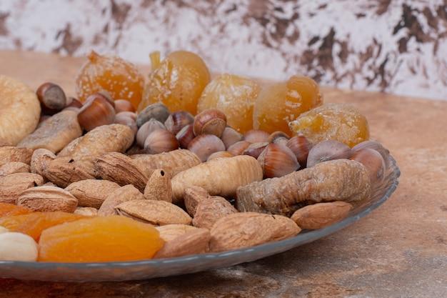 Divers Fruits Secs Et Noix Sur Plaque De Verre. Photo gratuit