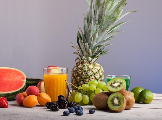 Divers fruits sur la table en bois blanche Photo Premium