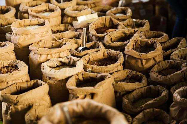 Divers grains dans des sacs au marché d'épicerie Photo gratuit