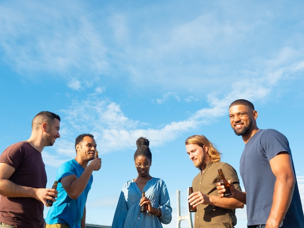 Divers groupe d'amis célébrant une réunion Photo gratuit