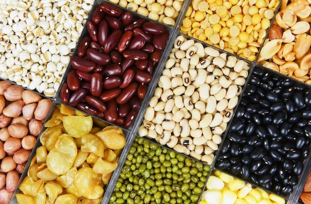 Divers haricots mélange pois agriculture différents grains entiers haricots et légumineuses graines lentilles et noix Photo Premium