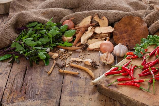 Divers ingrédients utilisés pour préparer des plats asiatiques sont placés sur une table en bois. Photo gratuit