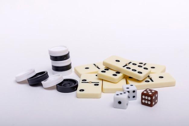 Divers Jeux D'échecs, Dés Et Dominos Sur Blanc Photo Premium