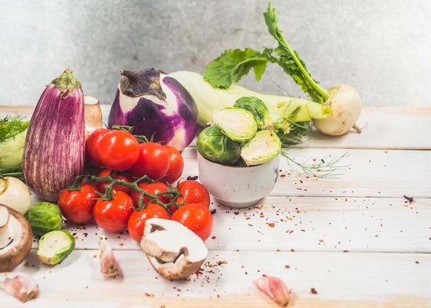 Divers légumes biologiques frais sur une surface en bois Photo gratuit