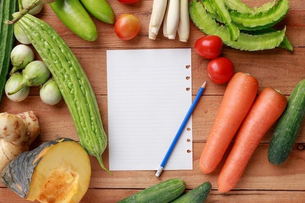 Divers légumes, épices et ingrédients avec une feuille de papier Photo Premium