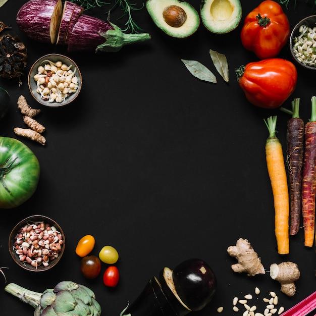 Divers Légumes Sur Fond Noir Avec Espace De Copie De Texte Photo gratuit
