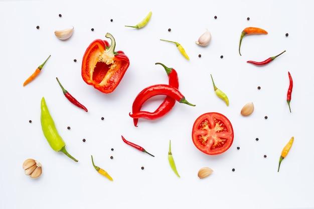Divers légumes et herbes sur blanc Photo Premium