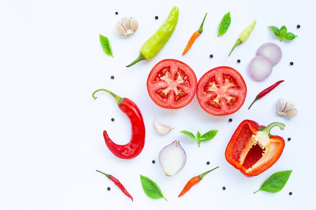 Divers légumes et herbes fraîches sur fond blanc. Photo Premium