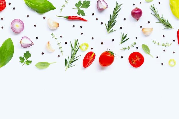 Divers légumes et herbes fraîches sur fond blanc Photo Premium