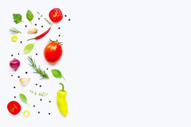 Divers légumes et herbes fraîches. fond de concept de saine alimentation Photo Premium