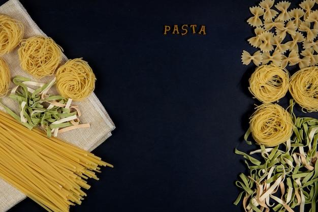 Divers Mélange De Pâtes Sur Fond Sombre, Cuillères En Métal. Concept Alimentaire. Le Mot Pâtes Alimentaires Italiennes Et Concept De Menu. Photo Premium