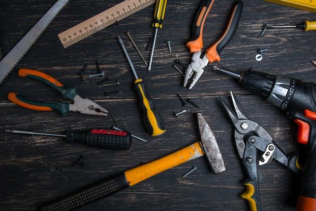 Divers outils de travail sur une table en bois sombre. Photo Premium