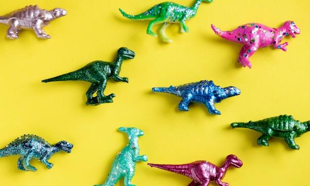 Divers personnages de jouets animaux dans un arrière-plan coloré Photo gratuit