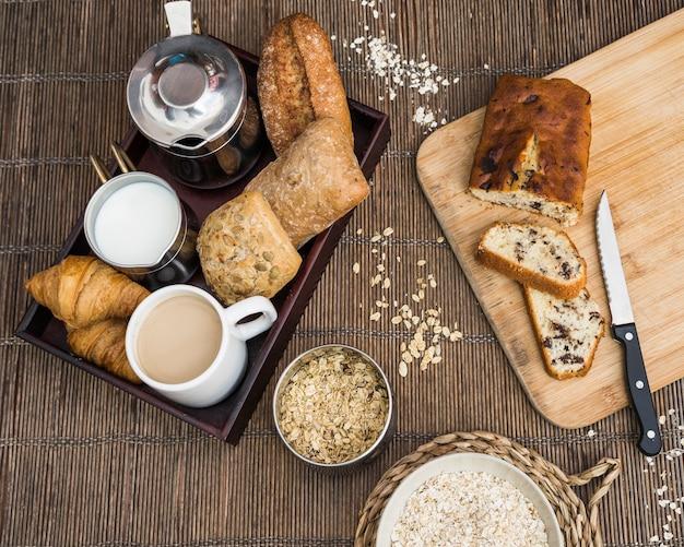 Divers plats délicieux pour le petit déjeuner sur le napperon Photo gratuit
