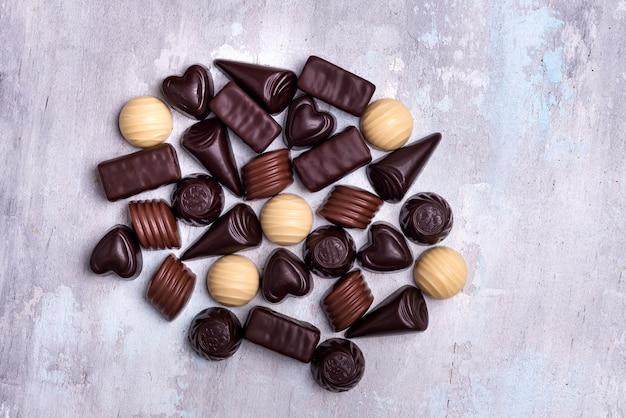 Divers pralines au chocolat isolés sur fond de pierre Photo Premium