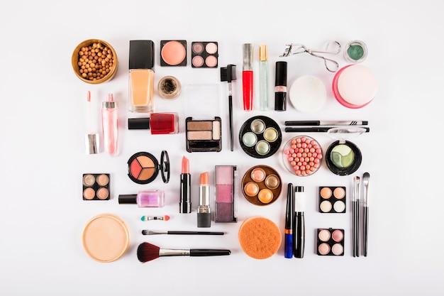 Divers produits de beauté isolés sur fond blanc Photo gratuit