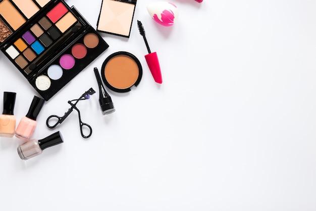 Divers produits cosmétiques dispersés sur la table Photo gratuit
