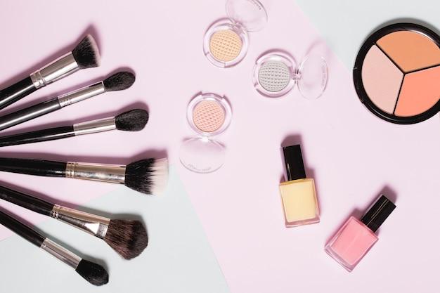 Divers produits cosmétiques sur fond clair Photo gratuit