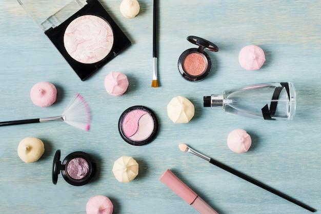 Divers Produits De Maquillage à Côté Des Bonbons Photo gratuit