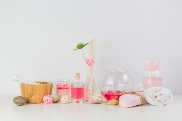 Divers produits de spa sur une table blanche Photo gratuit