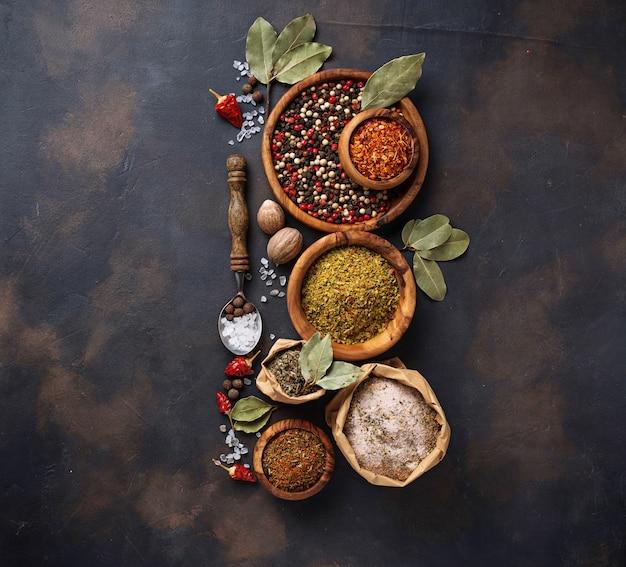 Divers types d'herbes et d'épices Photo Premium