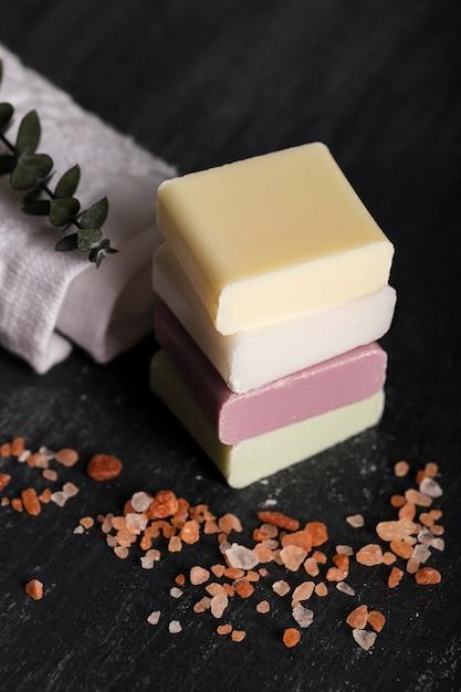 Divers types de savon Photo gratuit