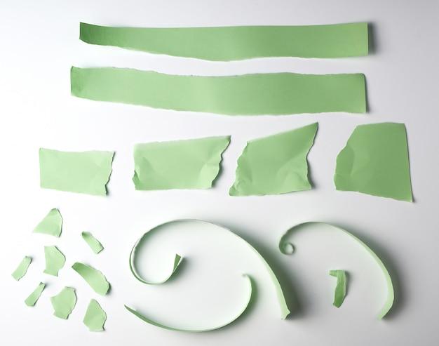 Diverses bandes déchirées de papier vert sur blanc Photo Premium