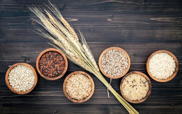 Diverses Céréales Biologiques Naturelles Et Graines De Grains Entiers Dans Un Bol En Bois Pour Le Concept De Produit D'ingrédient Alimentaire Sain. Photo Premium