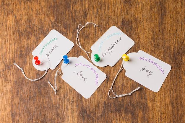 Diverses émotions écrites sur une étiquette en papier blanc sur une table en bois Photo gratuit