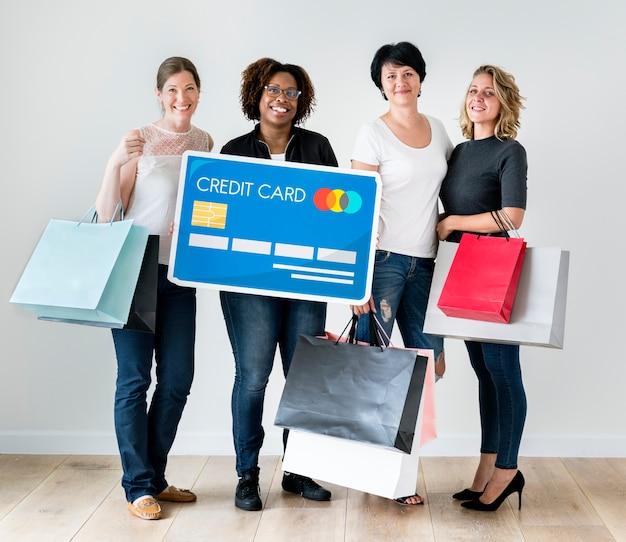 Diverses femmes avec des icônes de magasins Photo Premium