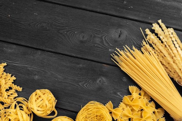 Diverses pâtes. concept de cuisine Photo Premium