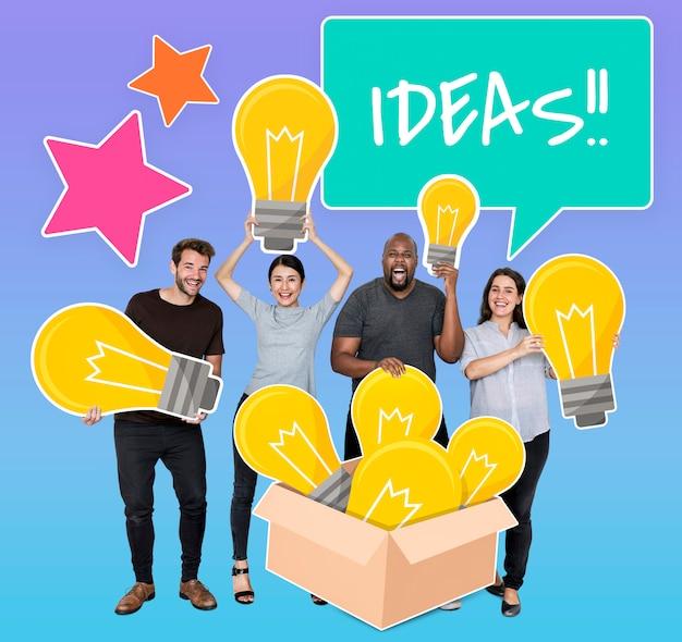 Diverses personnes avec des ampoules d'idées créatives Photo gratuit