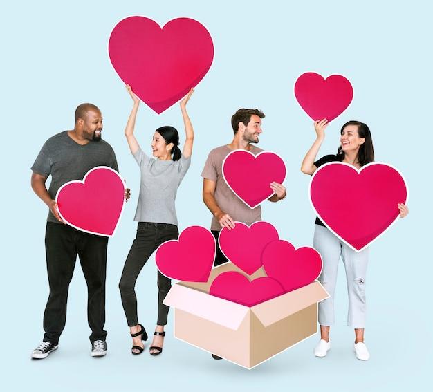 Diverses personnes partageant leurs amours Photo gratuit