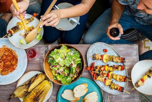 Diverses personnes qui mangent ensemble Photo Premium