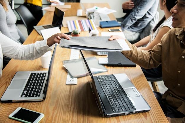Diverses personnes travaillant dans un bureau Photo gratuit