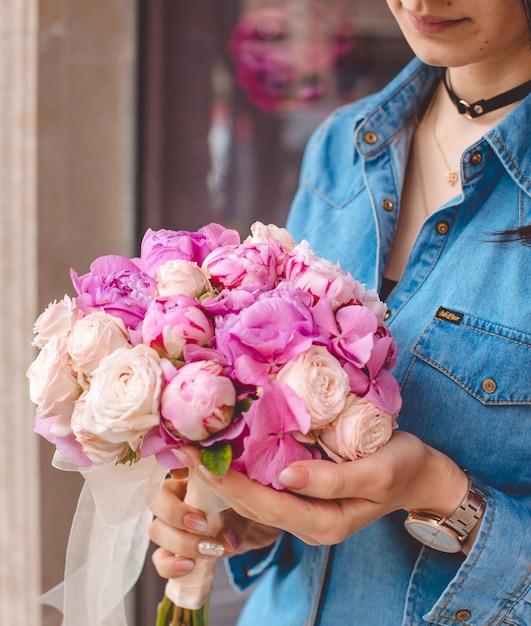 Diverses roses dans les mains de la fille Photo gratuit