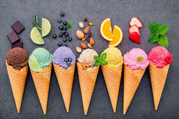 Diverses saveurs de crème glacée dans les cônes installés Photo Premium