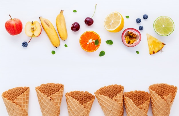 Diverses saveurs de crème glacée dans la configuration de cônes sur fond blanc pour la conception de menus de bonbons. Photo Premium