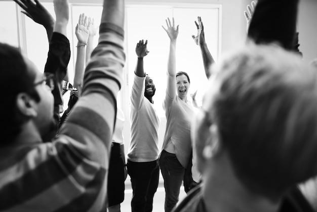 Diversité Travail D'équipe Avec Mains Levées Photo gratuit
