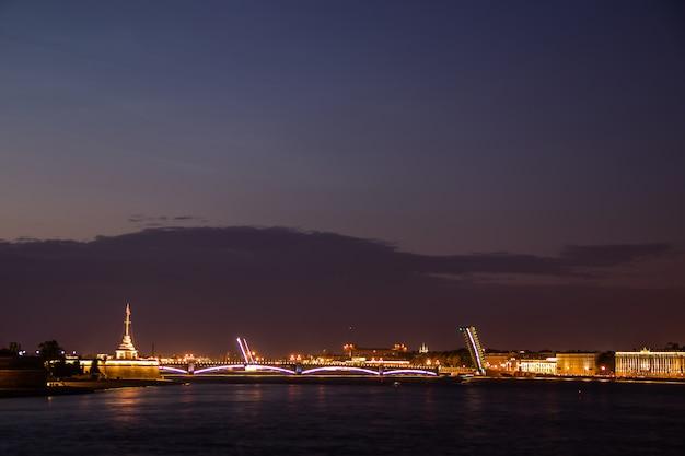Divorce de ponts à saint-pétersbourg. ville de nuit de la russie. la neva Photo Premium
