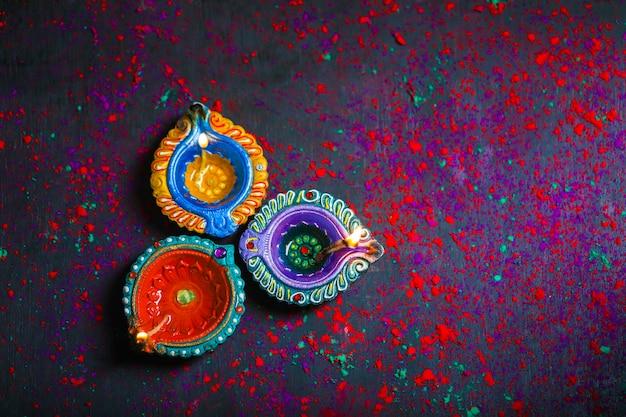 Diwali Diya Avec Fire Crackers Sur Fond De Rangoli Photo Premium