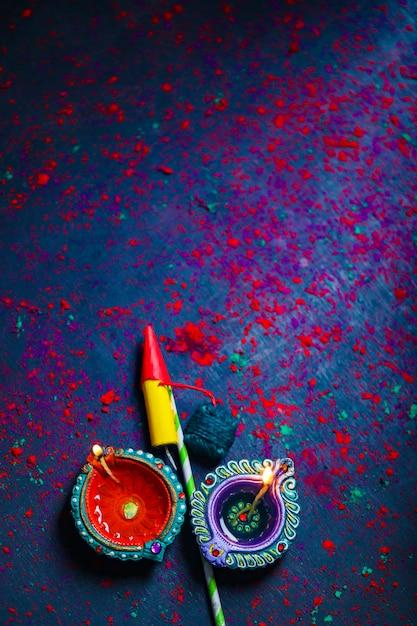Diwali Diya Avec Fire Crackers Sur Rangoli Photo Premium