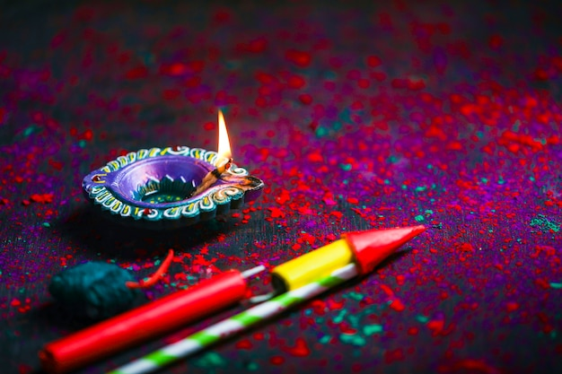 Diwali Diya Avec Fire Crackers Sur Rangoli Photo Premium