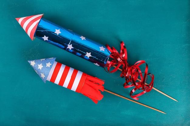 Diy 4th july petard manchon de toilette, papier, carton couleur drapeau américain rouge bleu blanc Photo Premium