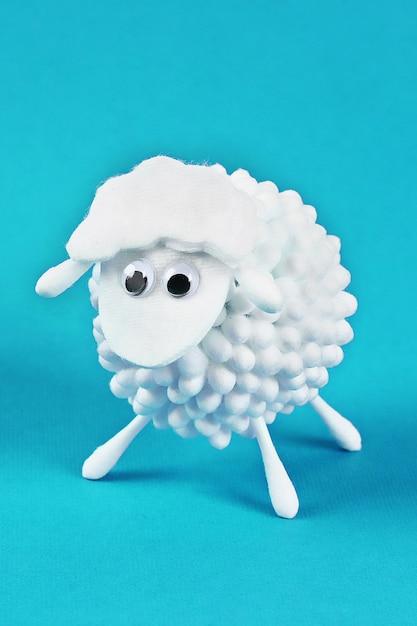 Diy eid al adha agneau de moutons en coton, coton-tige, coton-tiges Photo Premium
