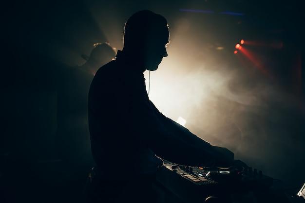 Dj Avec Casque Joue Lors D'un Concert De Musique Photo Premium