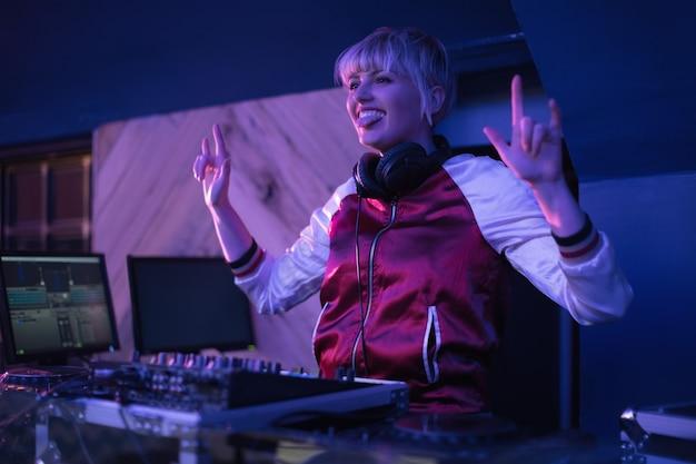 Dj Féminin S'amusant Tout En Jouant De La Musique Au Bar Photo gratuit