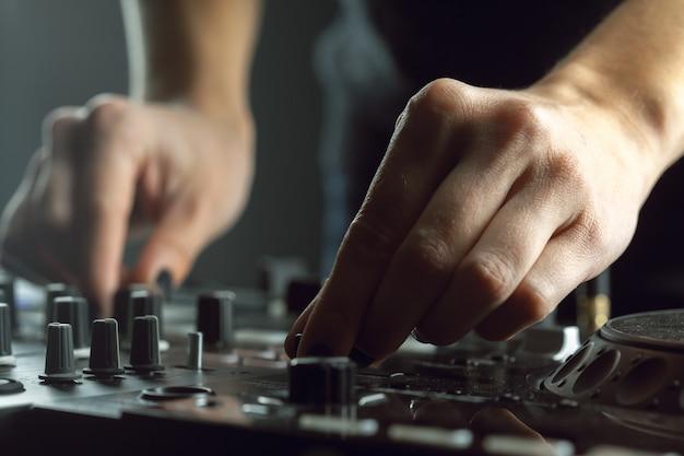 Dj Jouant De La Musique Au Mixer Gros Plan Photo Premium
